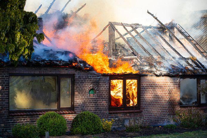De rietgedekte woning in Oldebroek stond in lichterlaaie en kon volgens de brandweer niet gered worden. Blussers verlegden daarop de aandacht met succes naar de nabijgelegen stal.