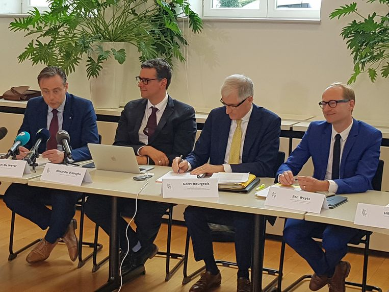 Burgemeester Bart De Wever (N-VA), overkappingsintendant Alexander D'Hooghe, Vlaams minister-president Geert Bourgeois (N-VA) en minister van Mobiliteit Ben Weyts (N-VA) bij de voorstelling van het akkoord vanmiddag. Beeld BELGA