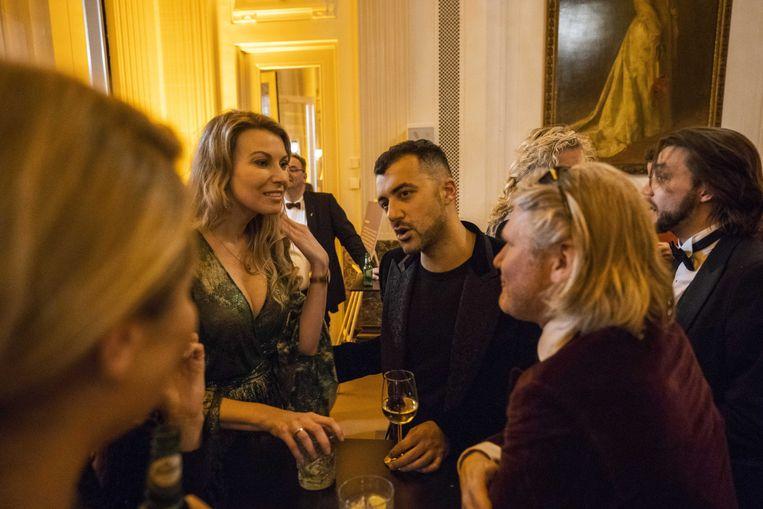Schrijvers Susan Smit en Özcan Akyol tijdens het Boekenbal vorig jaar in het Internationaal Theater Amsterdam. Het Boekenbal komt dit jaar te vervallen. Beeld ANP