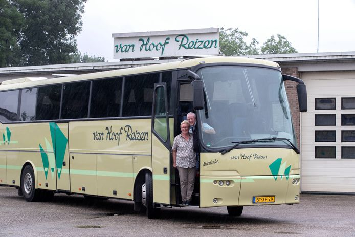 Honderd jaar vervoert Van Hoof Reizen passagiers. Hiervan nemen Marjan en Dort van Hoof al veertig jaar voor hun rekening.