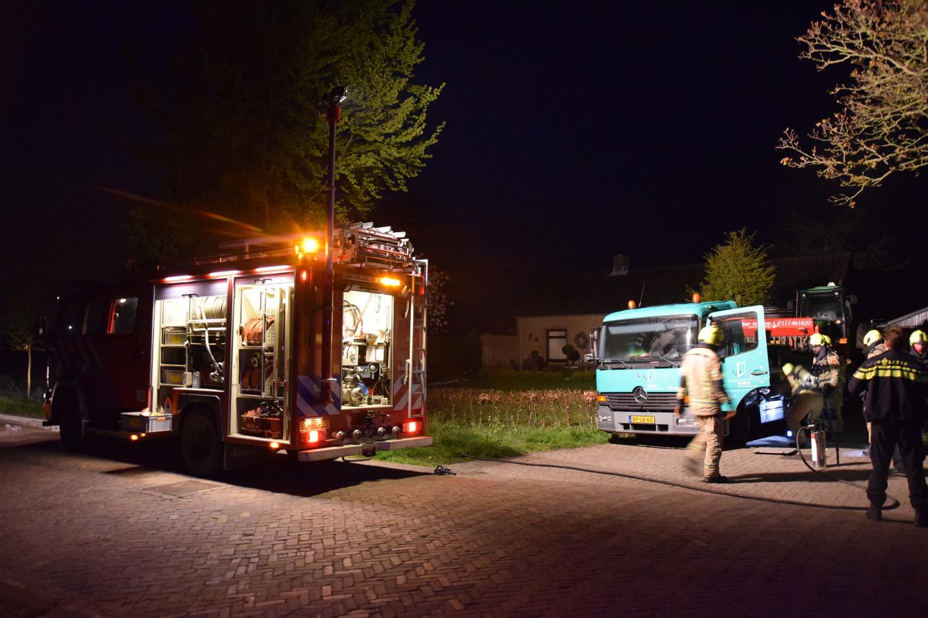 Een vrachtwagen in Noordgouwe is vanochtend spontaan in brand gevlogen.