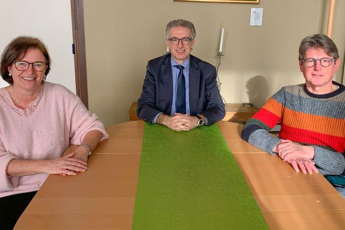 Algemeen directeur Thierry Rouckkout (midden) met zijn nieuwe directeurs Sabine De Bruycker en Johan Meirhaeghe.