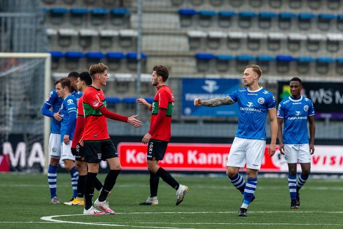 De spelers van NEC en FC Den Bosch bedanken elkaar na de vorige wedstrijd tussen beide teams, op zondag 6 december in stadion De Vliert (2-2).
