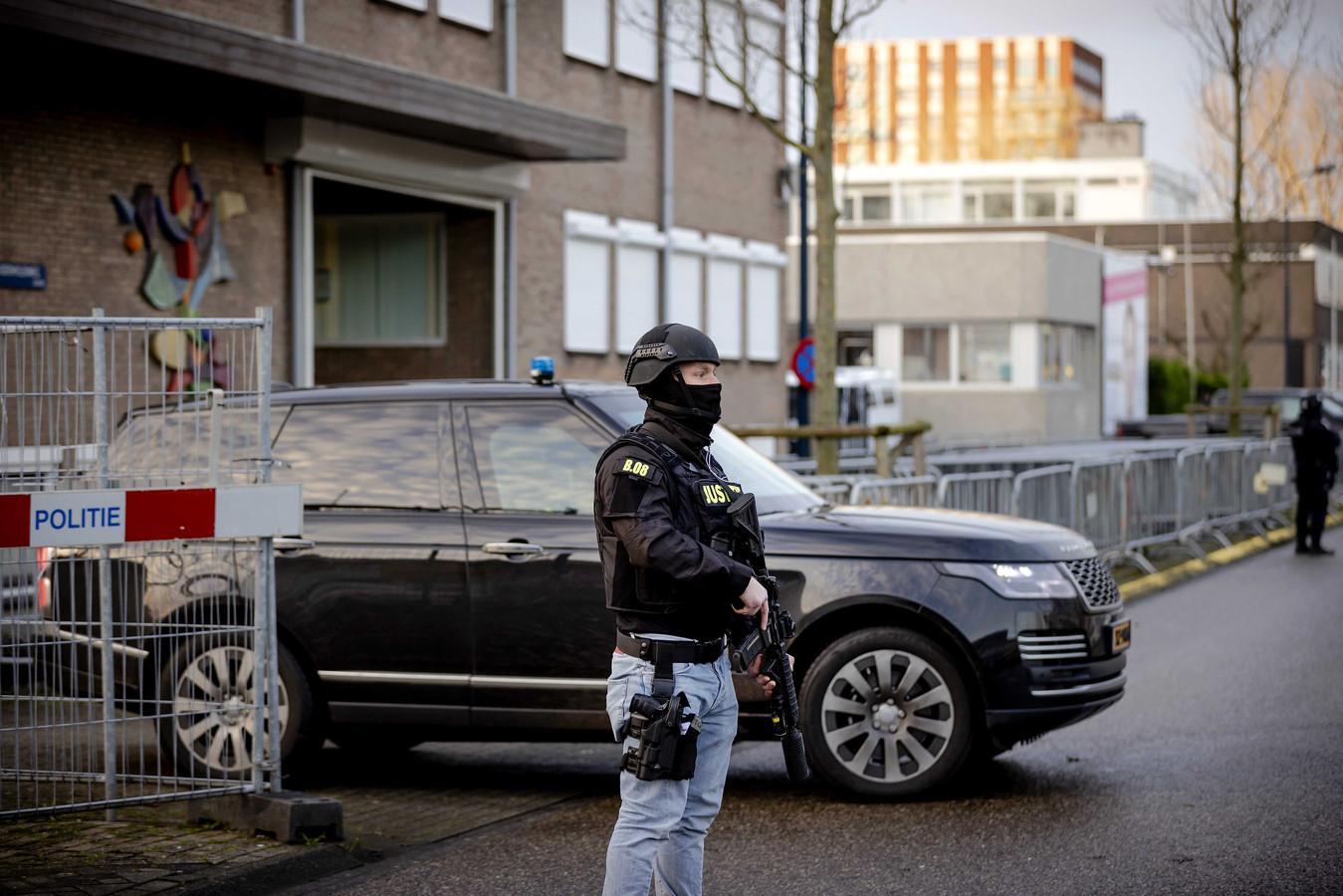 Een beveiligde auto komt aan bij De Bunker, de extra beveiligde rechtbank in Amsterdam Osdorp, voor het Marengo-proces.