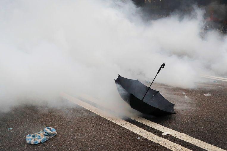 Een achtergelaten paraplu na de massademonstratie in Hongkong.  Beeld AP Photo / Kin Cheung
