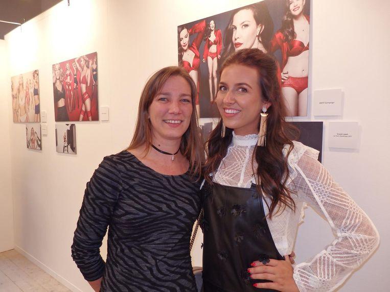 Evi Verstraeten (Triumph Benelux) en Manon Tilstra, influencer en ambassadeur: 'Ik maak content en doe challenges en events.' Beeld Schuim