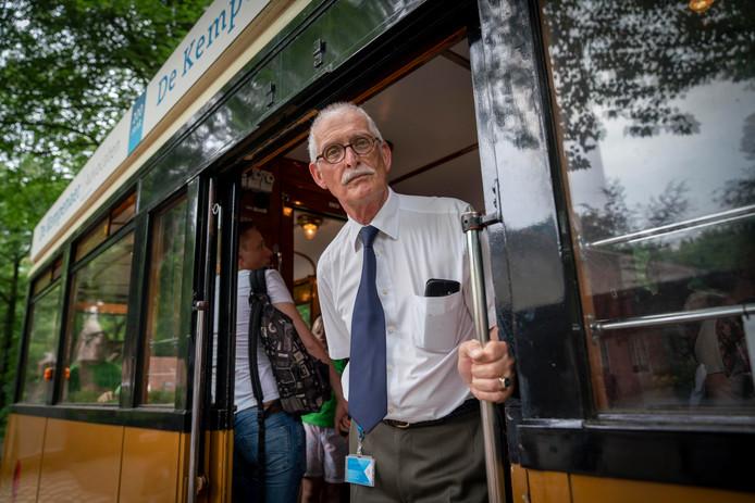 Vrijwilliger Rob Cannegieter aan het werk als conducteur op de historische tram in het Nederlands Openluchtmuseum.