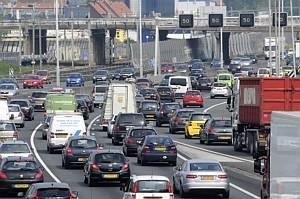 De ruim 9 miljoen personenwagens en bestelauto's zorgen voor enorme luchtvervuiling, met name de dieselauto's. Ook vrachtwagens en bussen zorgen voor vieze lucht.