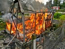 Broeikas brandt uit in moestuincentrum Valkenswaard, mogelijk aangestoken