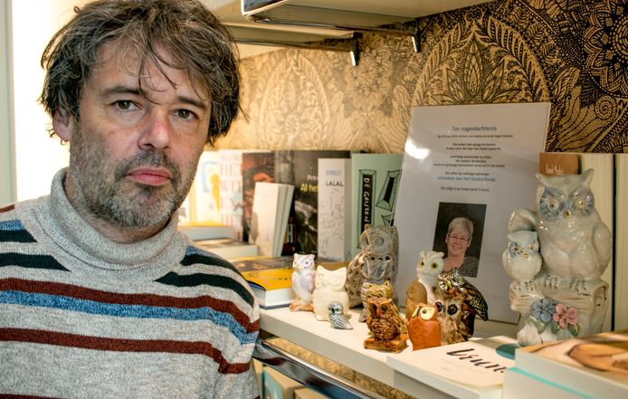 Tommy Vaerewijck bij de uiltjes van zijn moeder, die vorig jaar de strijd tegen kanker verloor. De beeldjes worden nu verkocht ten voordele van Kom op tegen Kanker.