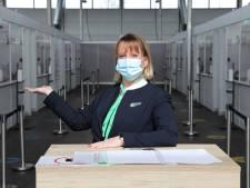 Niet vliegen maar prikken: stewardessen gaan helpen bij het vaccineren