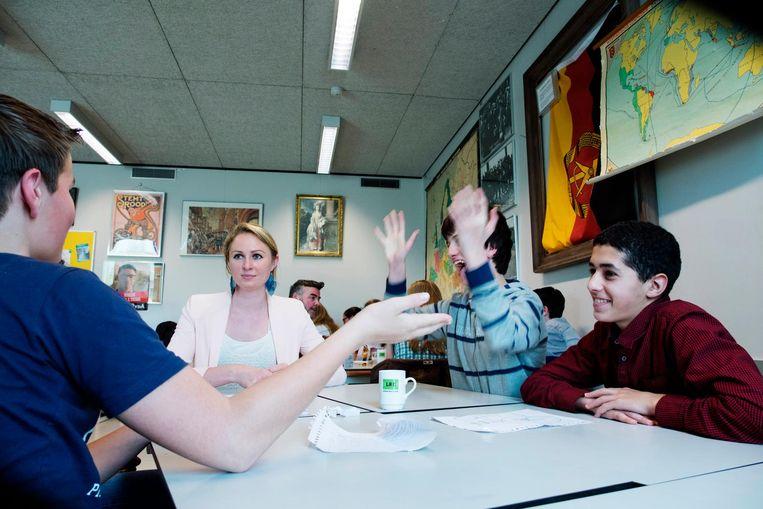Raadsleden bezoeken de 3-vwo-klas van het Leidsche Rijn College voor het project 'Staatsinrichting'. Queeny Rajkowski (VVD) beantwoordt vragen van leerlingen. Beeld Hollandse Hoogte