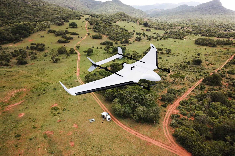 Een door Avy ontwikkelde drone boven een Afrikaans wildpark.
