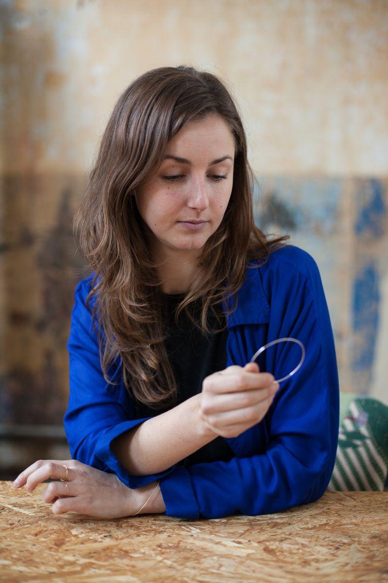 De juwelen van Clarisse Bruynbroeck zijn dun, onopvallend en imperfect. Beeld Ringo Jorge Gomez