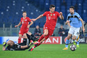 Robert Lewandowski opent de score tegen Lazio. Bayern München won dinsdag in Rome met 1-4. In de achtste finales van de Champions League was de zege zeven keer voor de bezoekende club.