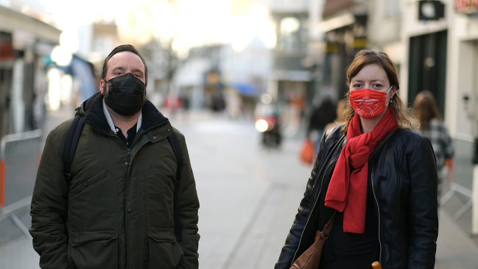 Werknemer Sebastien Cneude van een doe-het-zelfzaak in Kortrijk en Lindsey Verhaeghe, secretaris van de socialistische bediendevakbond BBTK in West-Vlaanderen, kaarten de problematiek aan.