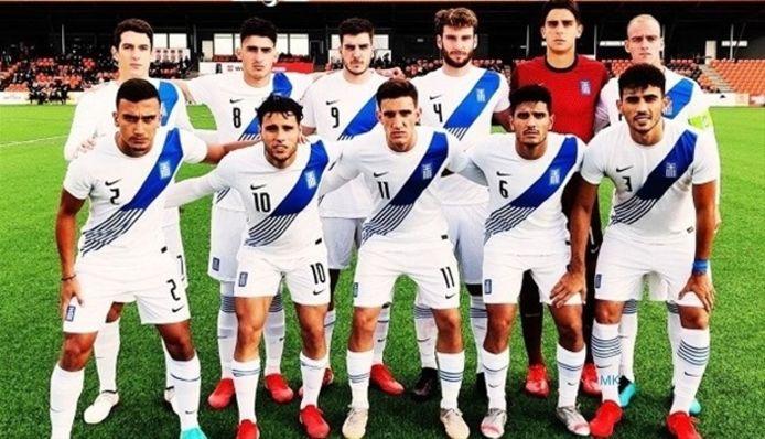 Giannis Botos (onder, tweede van links) bleef ongeslagen met Jong Griekenland.