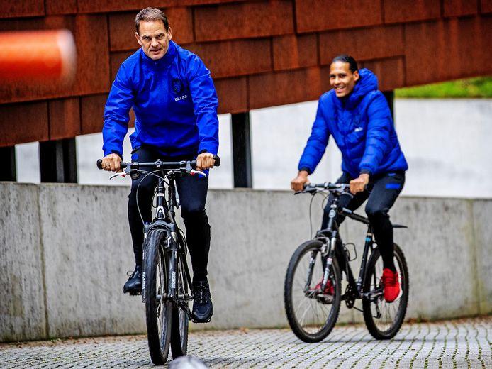 Archieffoto: Frank de Boer samen met Virgil van Dijk op de fiets tijdens een eerder samenzijn van Oranje.