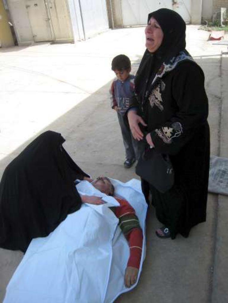 Vrouwen rouwen bij een omgekomen familielid.