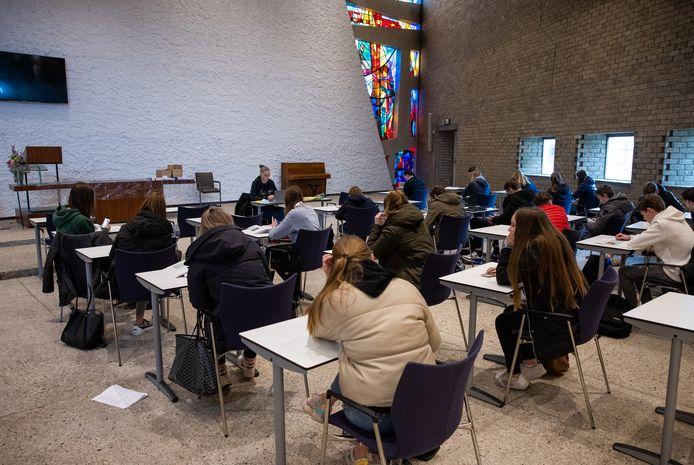 Leerlingen van het Dr. Mollercollege krijgen les in de Ambrosiuskerk in Waalwijk.