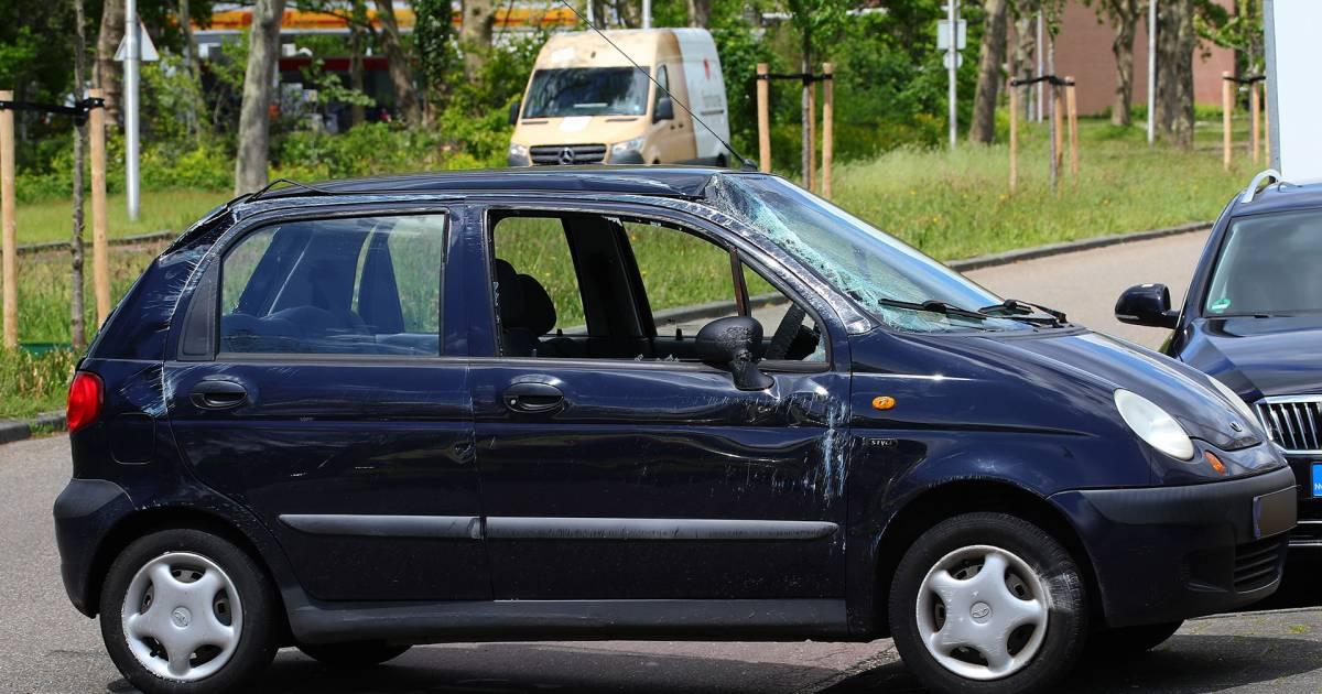 Auto rolt om door botsing in Oss.