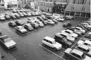 De Hof werd gedomineerd door auto's van het winkelend publiek, zoals deze foto uit de jaren 60 toont. Sinds 1991 is parkeren daar niet meer toegestaan.
