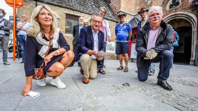 """Veel schelpjes in de Brugse straten waren verdwenen of werden gestolen... Nu zijn ze in ere hersteld: """"Je vindt opnieuw de weg naar Compostela"""""""