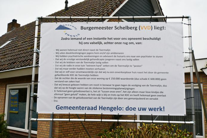 Hengelo - Fam Beernink woont naast kindercentrum De Toermalijn en ligt in clinch met gemeente over waardedaling huis ivm lawaaioverlast. Ze hebben nu een enorm spandoek opgehangen waarop staat dat Burgemeester Schelberg liegt.