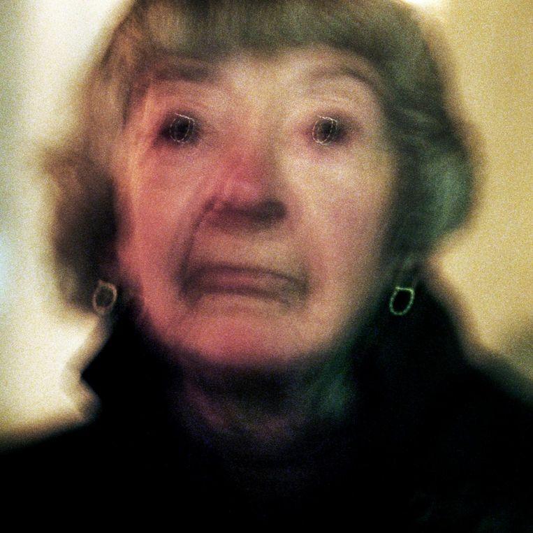 Frankrijk, Parijs, 21 november 2014, portret van een dame in Montmartre. Beeld null