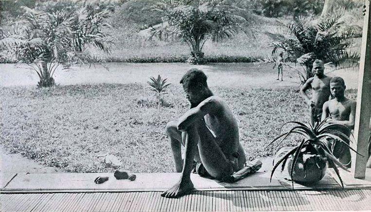 Zondagochtend, 15 mei 1904. Een vader, Nsala, kijkt naar wat er nog rest van zijn vijfjarige dochter. Ze werd verminkt en vermoord door krijgers in dienst van de rubberplantage van Leopold II. Die waren uitgestuurd voor een strafexpeditie, omdat Nsala en zijn dorpsgenoten hun productiequota niet hadden gehaald. Beeld Alice Seeley Harris