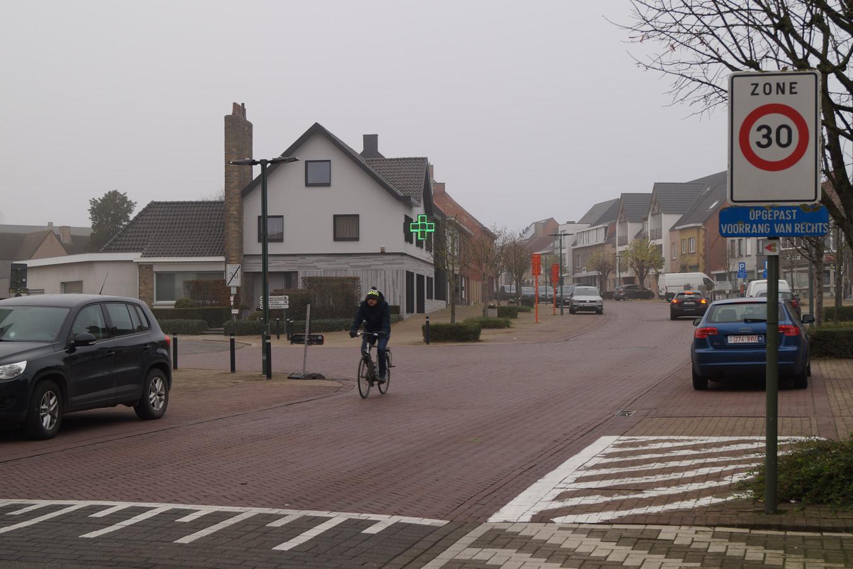Een groot deel van de Tieltstraat is zone dertig, maar weinig chauffeurs respecteren dat
