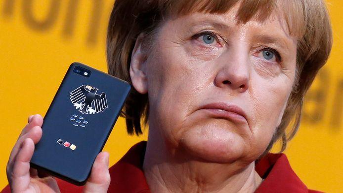 De Duitse bondskanselier Angela Merkel met haar Blackberry. Merkel werd het slachtoffer van afluisterpraktijken van de Amerikanen.