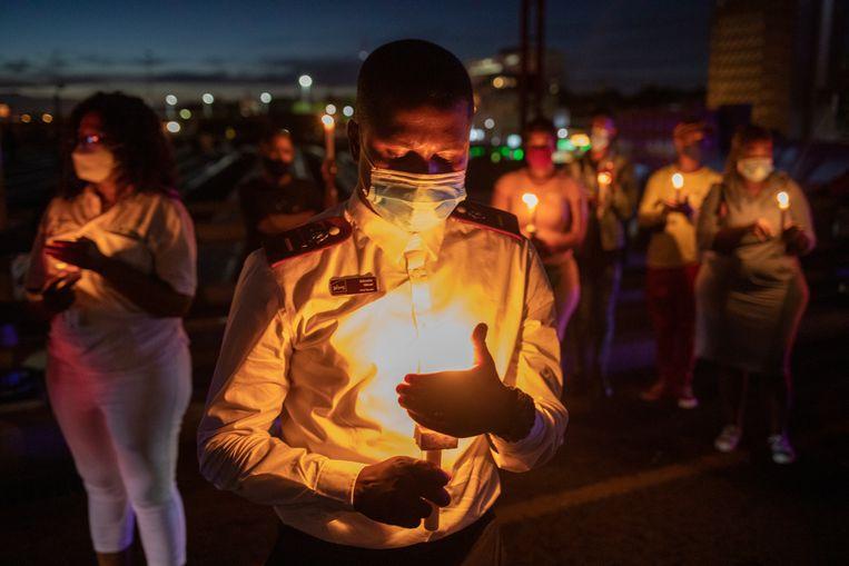 Een herdenking voor overleden coronapatiënten op nieuwjaarsavond in Johannesburg, Zuid-Afrika. Beeld EPA