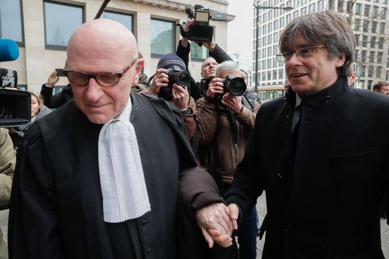 Advocaat Paul Bekaert (l.) en het voormalige Catalaanse staatshoofd Carles Puigdemont.  Beeld EPA