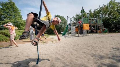 Kinderen klimmen en zweven in Muggenbergpark
