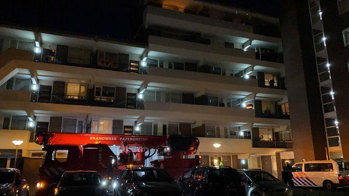 De hoogwerker staat voor de deur bij het appartementencomplex in Papendrecht.