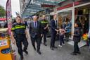 Demissionair minister Ferd Grapperhaus (Justitie) en Sander Dekker (Rechtsbescherming) wandelen over de Beijerlandselaan, een straat waarin de gemeente met hulp van het Rijk heeft geïnvesteerd om ondermijning tegen te gaan.