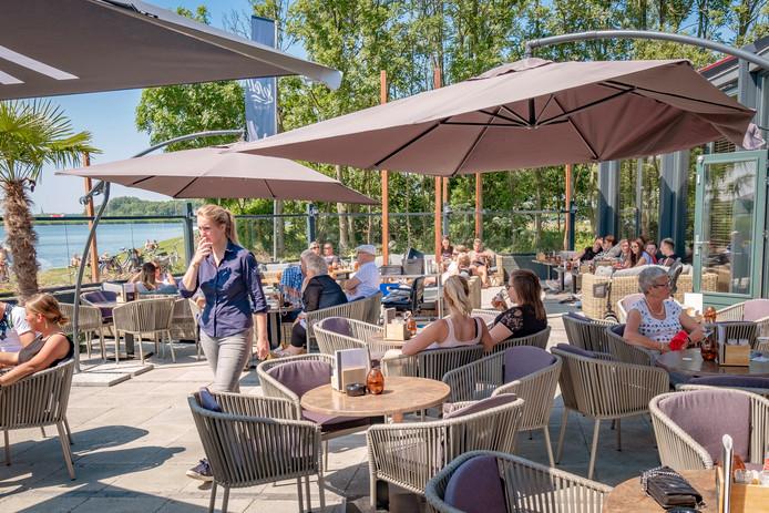 Bij het gezellige Jofel aan de Plas kun je terecht voor een biertje of een kop koffie, maar het is ook mogelijk om uitgebreid te lunchen of te dineren op het terras aan de Krabbeplas. De service is uitstekend.