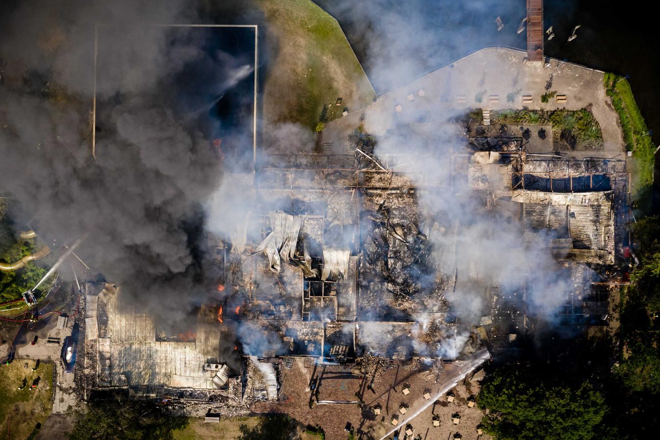 Dronefoto's laten duidelijk zien dat het gebouw als verloren mag beschouwd. (2/3)