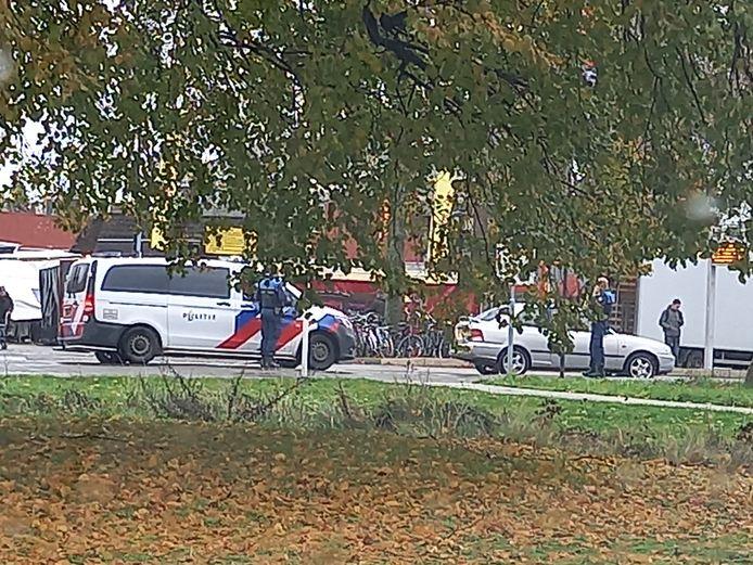 Boa's en politie kwamen naar de Dorpsstraat in Groesbeek vanwege de auto op de rijbaan.