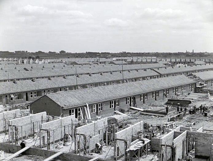 De bouw van nooddorp Smeetsland in 1940. Inmiddels zijn deze woningen gesloopt.