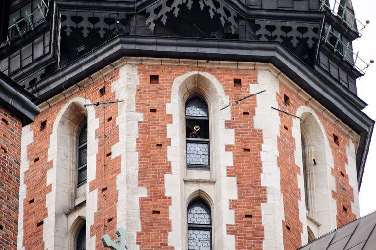 Een trompettist speelt de hejnał mariacki vanuit de hoogste toren van de Mariakerk in Krakau. Beeld Getty Images/iStockphoto