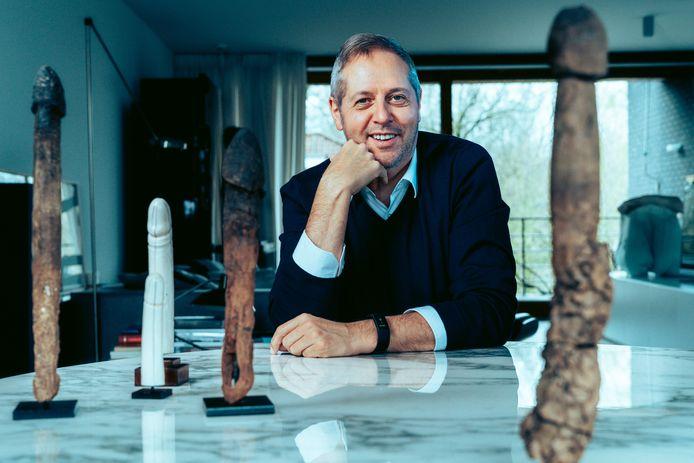 Uroloog Piet Hoebeke poseert naast zijn verzameling penissen.