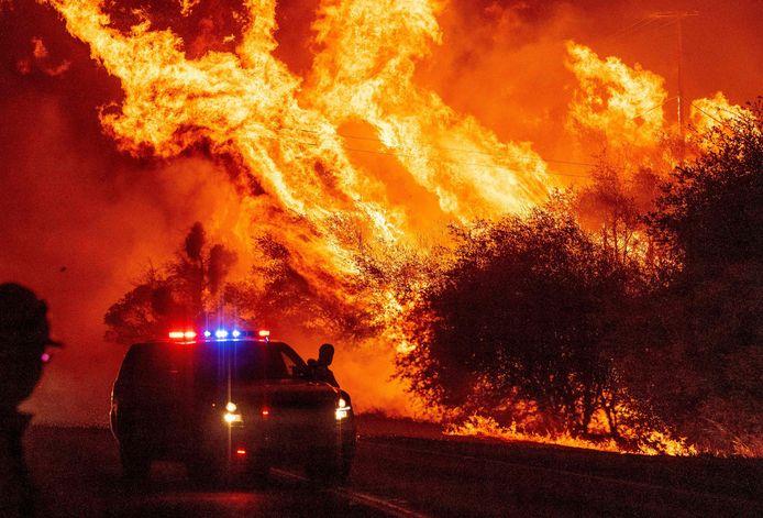 Beeld van de bosbranden in Californië, die werden aangevuurd door hitte, droogte en gevaarlijk droge wind.