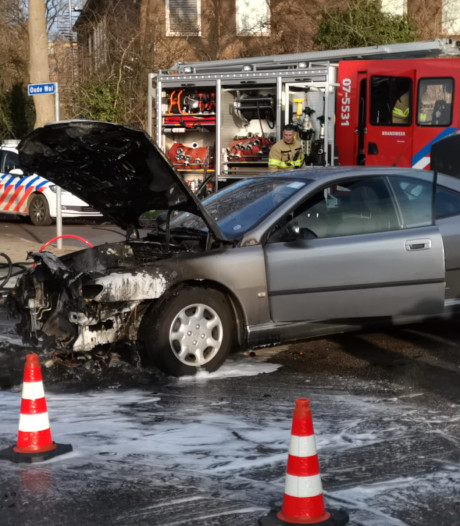 Auto vliegt al rijdend in de brand in Zevenaar