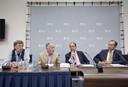 Roel Coutinho (tweede van links) tijdens een persconferentie over de Mexicaanse griep in 2009. Hij wordt geflankeerd door viroloog Ab Osterhaus, minister Ab Klink van Volksgezondheid en Andre Knottnerus, voorzitter van de Gezondheidsraad.