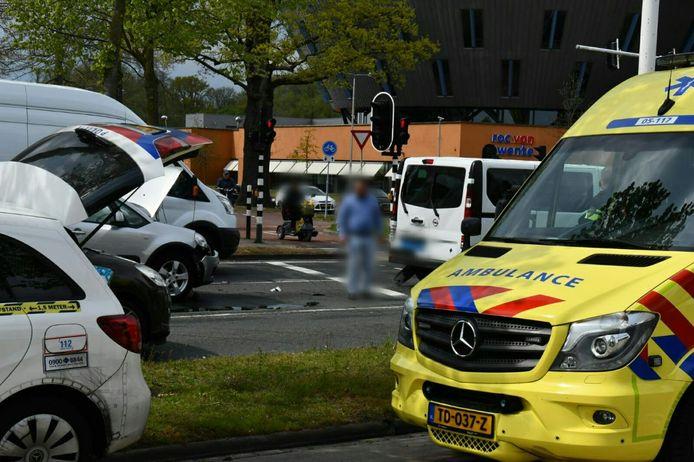 Zowel de auto als de taxibus hebben flink wat schade als gevolg van de aanrijding.