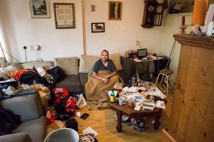 Olaf Oude Kamphuis moet thuis revalideren met zijn gebroken been.
