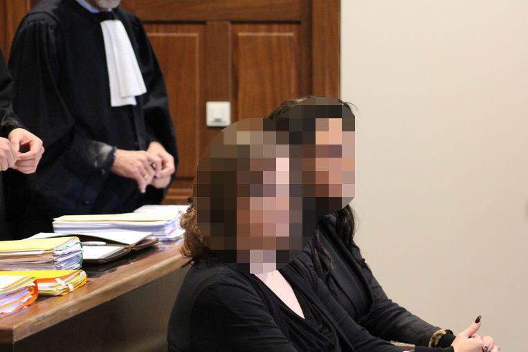Carine B. en Sherlyn D. staan lijnrecht tegenover elkaar in de rechtbank.