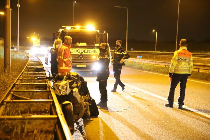 Op de afrit van de A4 bij Den Hoorn is in de nacht van zaterdag op zondag een motorrijder ten val gekomen. De motorrijder raakte lichtgewond.